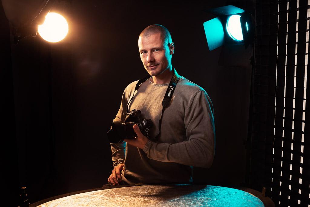 Fotograaf Andries Kooijman in zijn studio